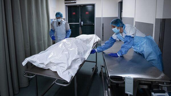 Тело человека, умершего от COVID-19 - Sputnik Azərbaycan