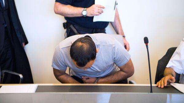 Мужчина в наручниках в полицейском участке, фото из архива - Sputnik Азербайджан