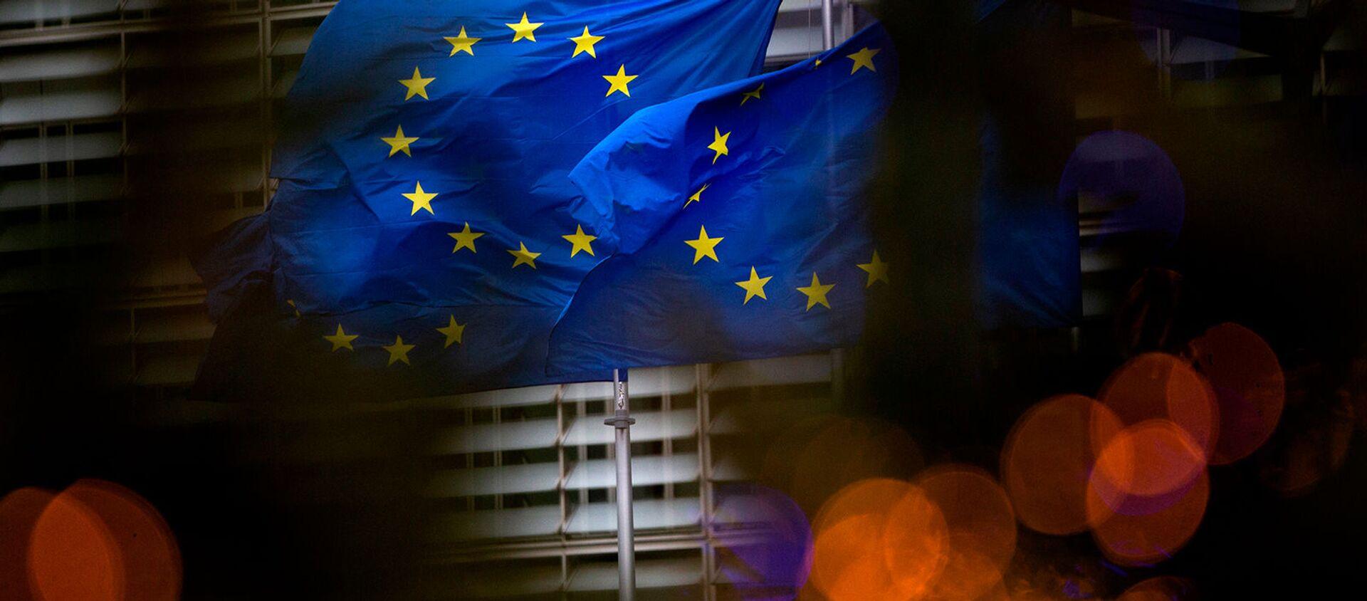 Флаги Европейского союза перед штаб-квартирой ЕС в Брюсселе - Sputnik Азербайджан, 1920, 12.02.2021