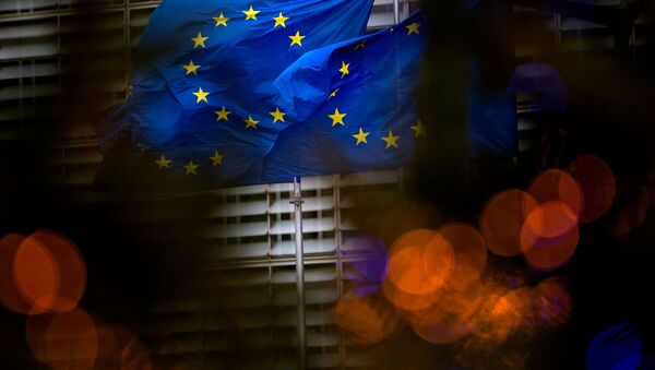 Флаги Европейского союза перед штаб-квартирой ЕС в Брюсселе - Sputnik Азербайджан