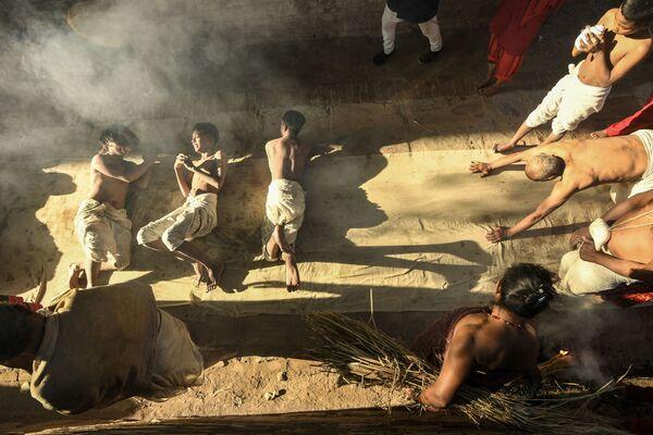 Молитвы перед совершением ритуала купания во время месячного фестиваля Свастхани на реке Хануманте, Непал - Sputnik Азербайджан