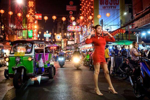 Девушка позирует для фото на улице, украшенной к лунному Новому году, в китайском квартале Бангкока - Sputnik Азербайджан