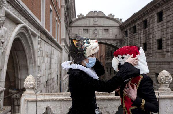 Венецианцы в карнавальных масках и костюмах у Моста Вздохов в Венеции - Sputnik Азербайджан