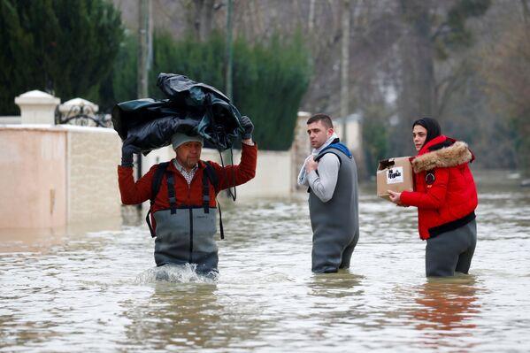 Жители французской коммуны Эсбли на затопленных в результате разлива реки улицах - Sputnik Азербайджан