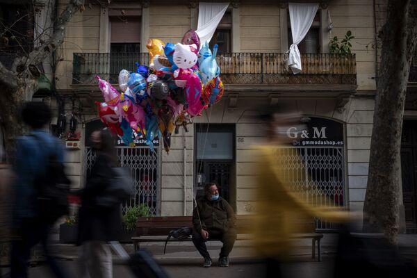 Продавец воздушных шаров на одной из улиц Барселоны, Испания - Sputnik Азербайджан
