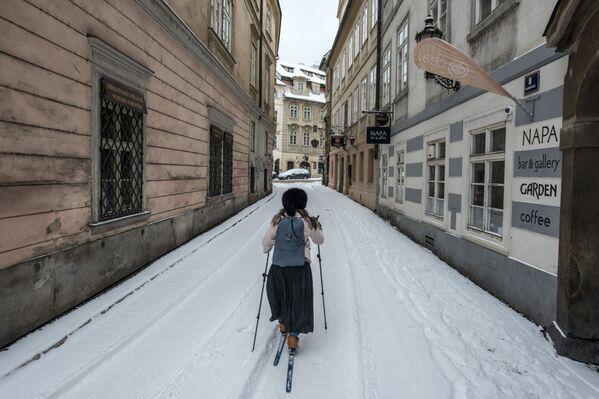 Женщина на лыжах в заснеженной Праге - Sputnik Азербайджан