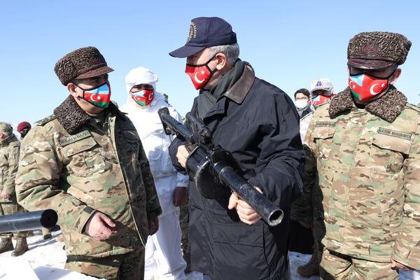 Министр обороны Азербайджана Закир Гасанов с турецким коллегой Хулуси Акаром на учниях Зима-2021  - Sputnik Азербайджан