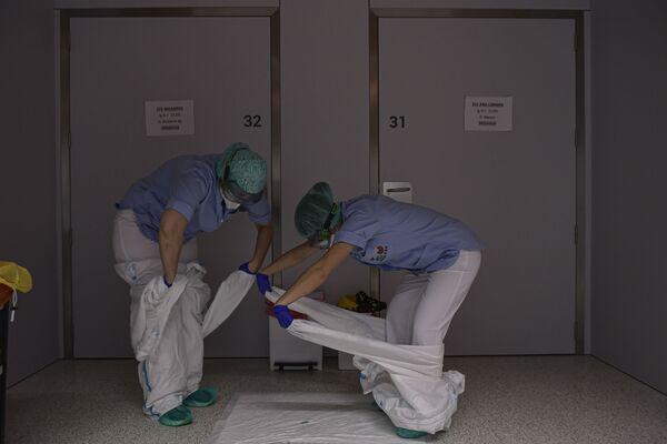 Персонал снимает защитную одежду в отделении больницы Сан-Хуан-де-Диос в Памплоне, на севере Испании - Sputnik Азербайджан
