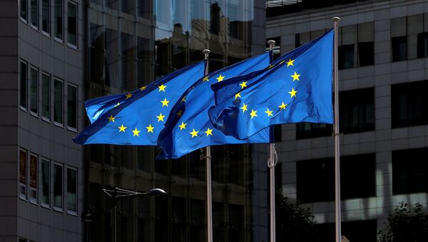 Флаги Европейского союза у штаб-квартиры Европейской комиссии в Брюсселе  - Sputnik Азербайджан
