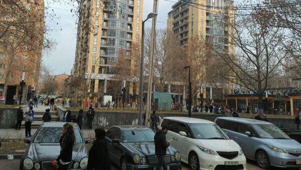 Люди во дворах после землетрясения (13 февраля 2021). Еревaн - Sputnik Азербайджан