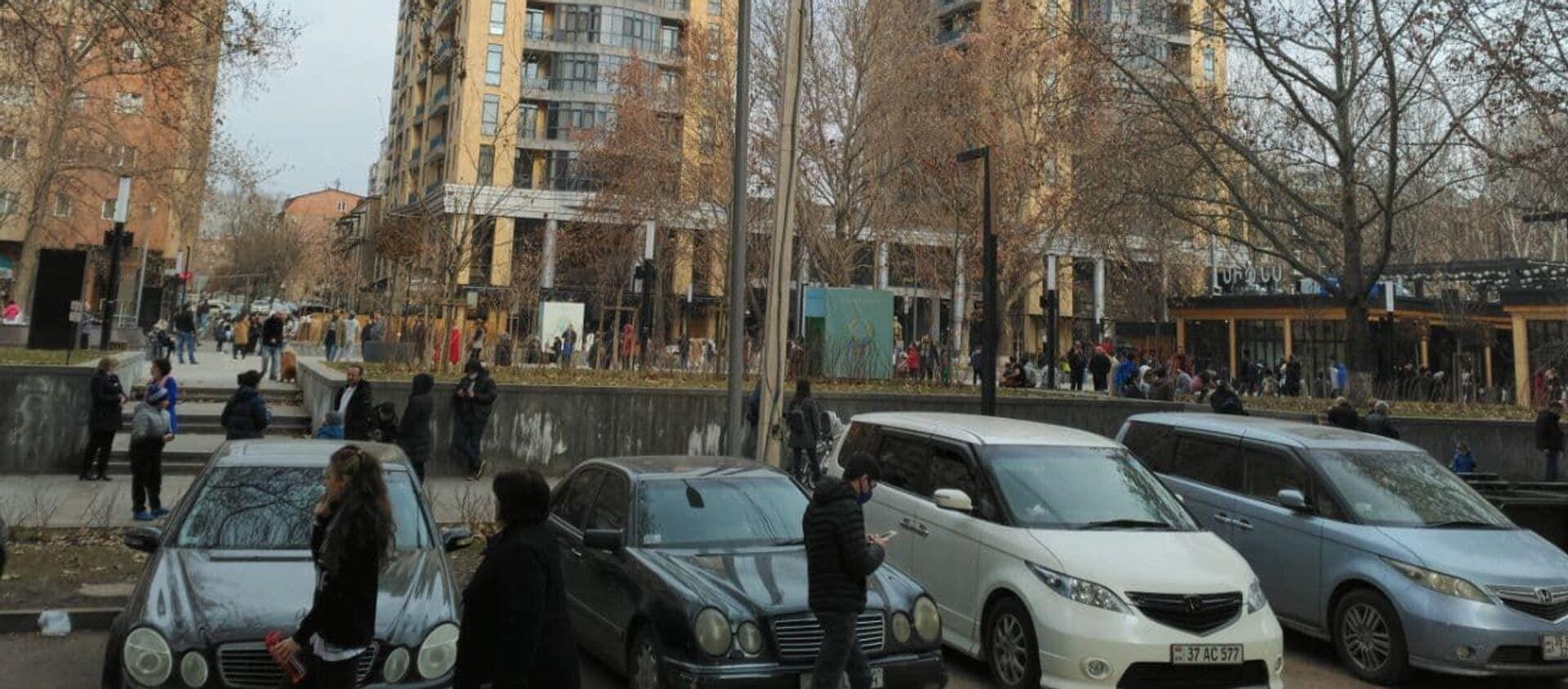 Люди во дворах после землетрясения (13 февраля 2021). Еревaн - Sputnik Азербайджан, 1920, 13.02.2021