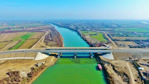 Kürün üzərində inşa edilən yeni maşın körpüsü - Sputnik Азербайджан