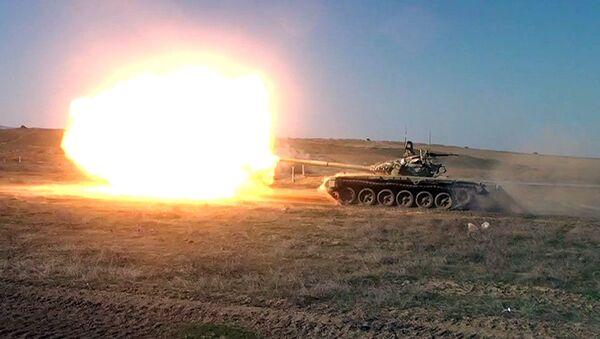 Azərbaycan tankçıları döyüş atışlarını icra ediblər - Sputnik Азербайджан