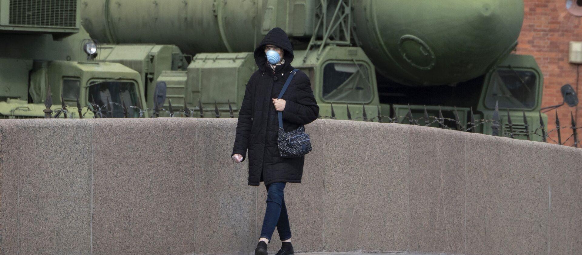 Женщина в маске проходит мимо российской межконтинентальной пусковой установки баллистических ракет «Тополь М», фото из архива - Sputnik Азербайджан, 1920, 17.02.2021