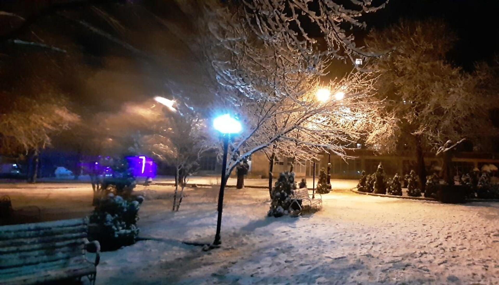 Первый за пять лет снег в Гяндже огорчил жителей города - фото - Sputnik Азербайджан, 1920, 18.02.2021