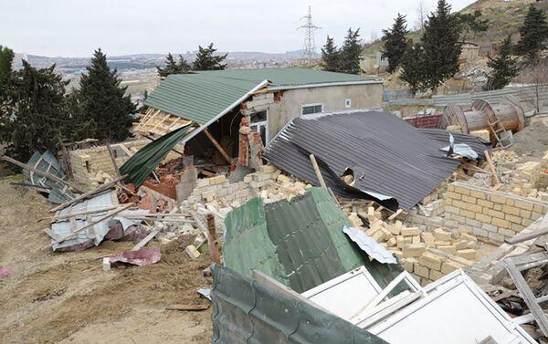 Снос незаконных заборов и построек в Бинагадинском районе Баку - Sputnik Азербайджан