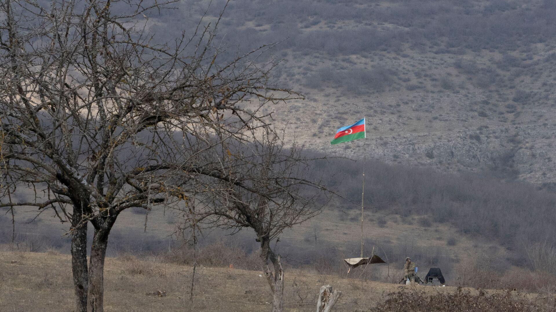 Qarabağda Azərbaycan bayrağı, arxiv şəkli - Sputnik Azərbaycan, 1920, 06.10.2021