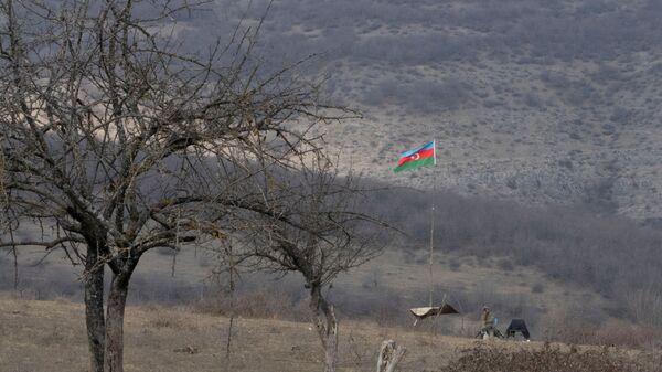 Азербайджанский флаг на боевой позиции в Карабахе, фото из архива - Sputnik Azərbaycan