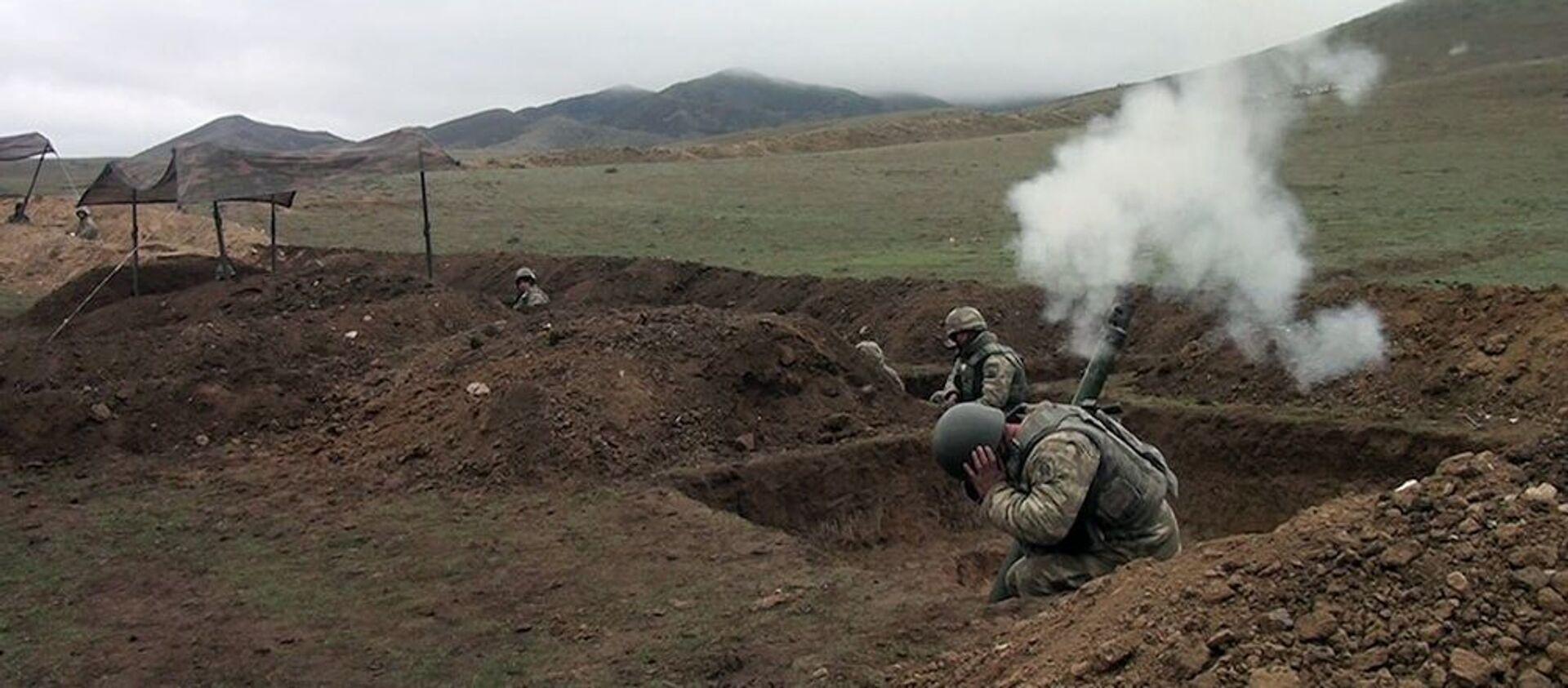 Минометные батареи проводят учебные тренировки с боевой стрельбой - Sputnik Азербайджан, 1920, 19.02.2021