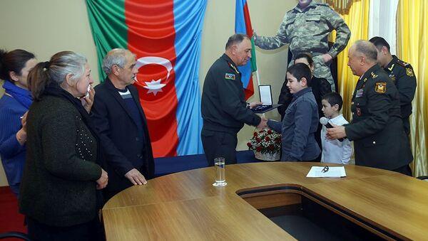 """Tabor komandirinin layiq görüldüyü """"NATO-nun Ləyaqətli Xidmət Medalı"""" şəhidin ailəsinə təqdim edilib - Sputnik Азербайджан"""