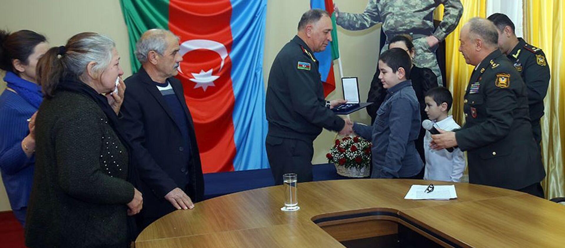"""Tabor komandirinin layiq görüldüyü """"NATO-nun Ləyaqətli Xidmət Medalı"""" şəhidin ailəsinə təqdim edilib - Sputnik Азербайджан, 1920, 20.02.2021"""