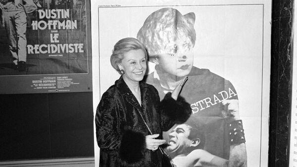 Итальянская актриса Джульетта Мазина перед афишей фильма  La Strada, Париж, 27 ноября 1980 года. - Sputnik Азербайджан