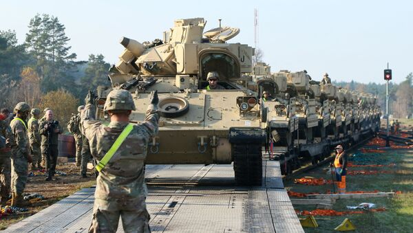 Военные армии США выгружают тяжелую боевую технику, в том числе танки «Абрамс», фото из архива - Sputnik Azərbaycan