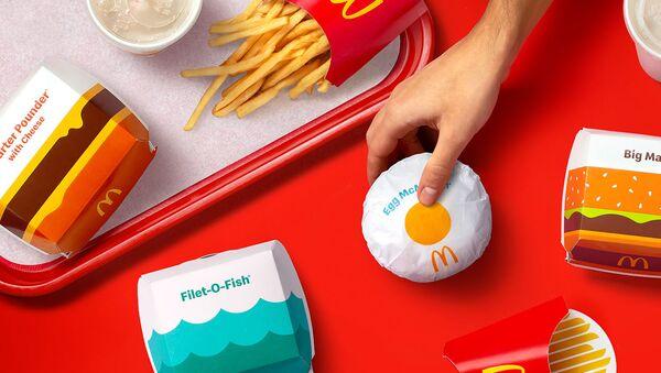 McDonald's впервые за 5 лет представил новый дизайн упаковок - Sputnik Азербайджан