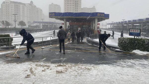 Автобусная остоновка во время снега в Баку, 24 февраля 2021 года - Sputnik Азербайджан