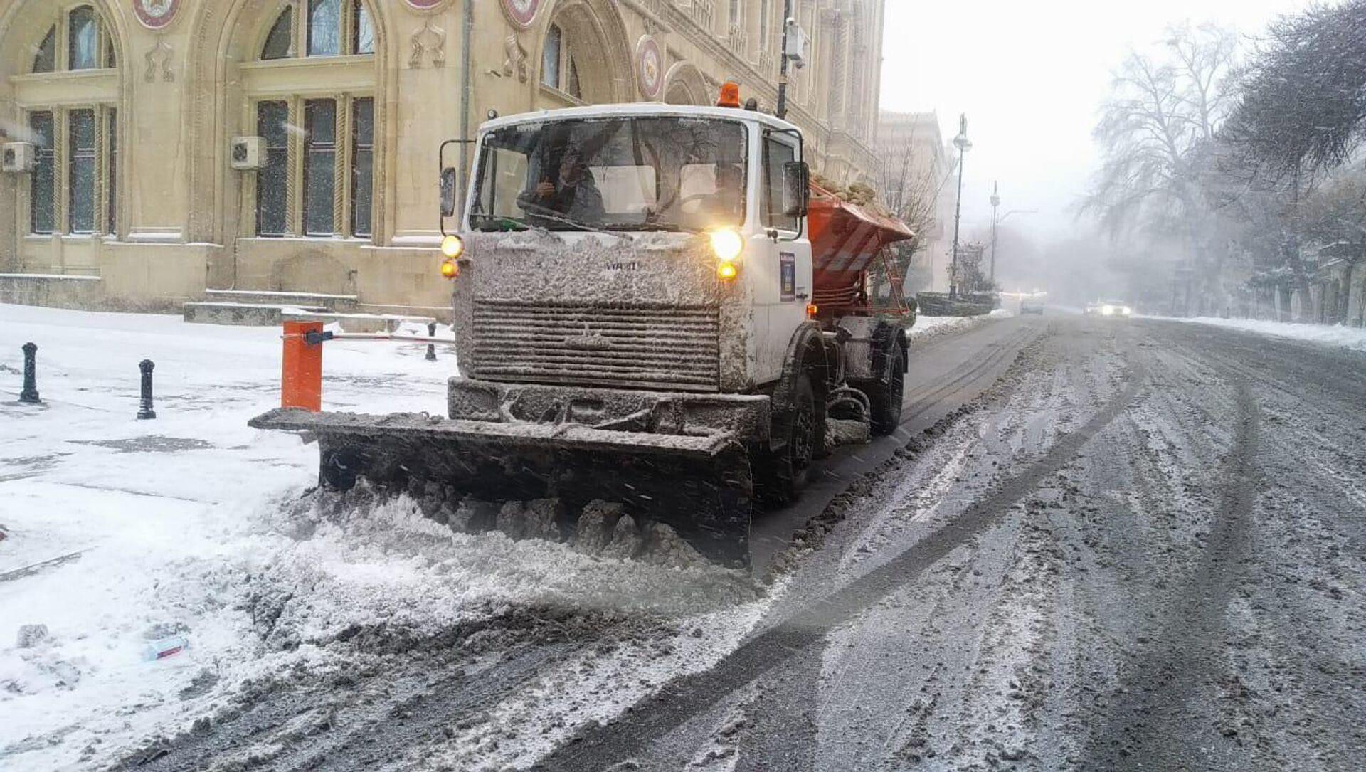 Снегоуборочная техника в Баку, 24 февраля 2021 года - Sputnik Азербайджан, 1920, 24.02.2021