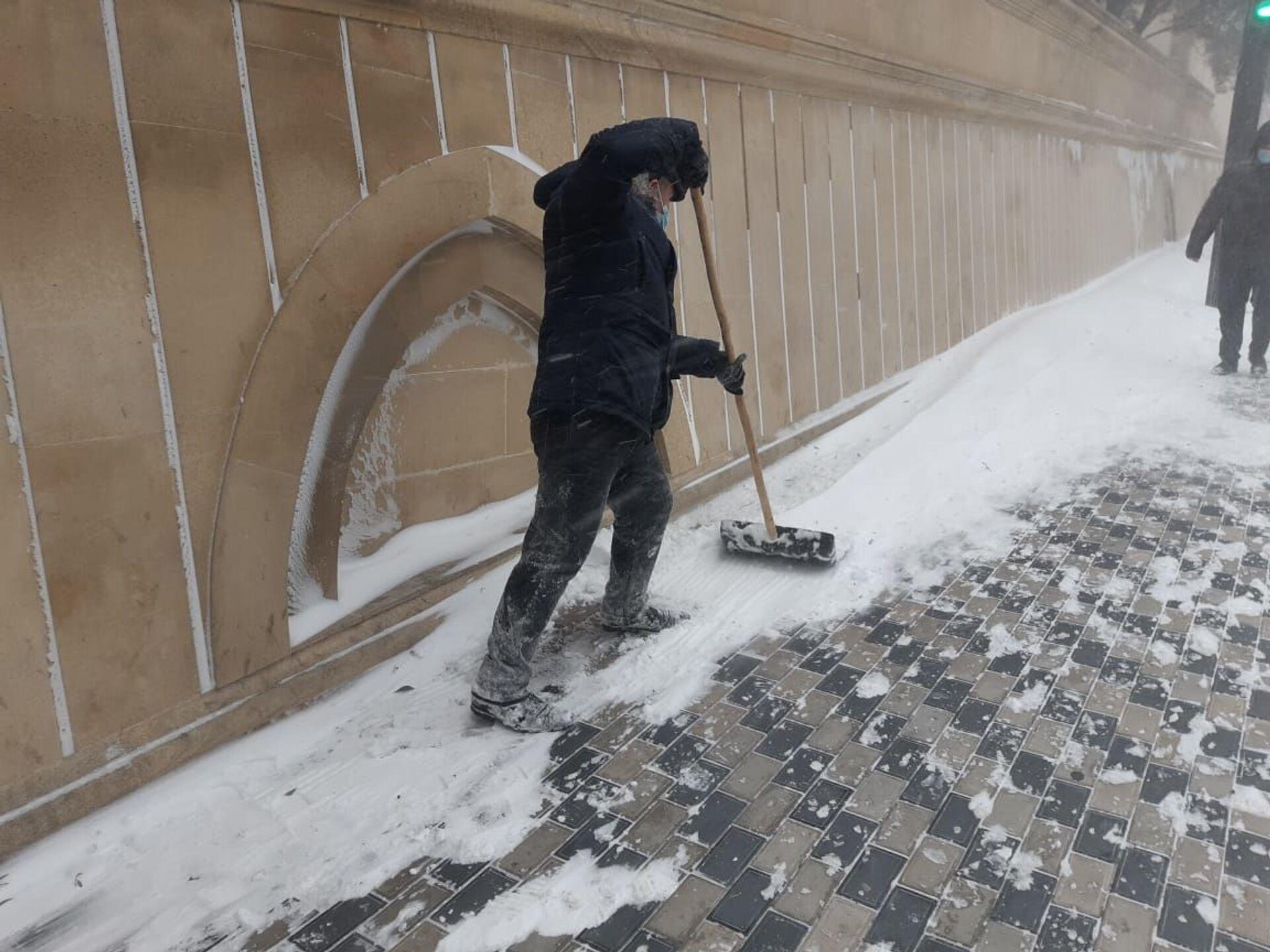 В Баку обещают весь день посыпать дороги и очищать их от снега - фото - Sputnik Азербайджан, 1920, 24.02.2021