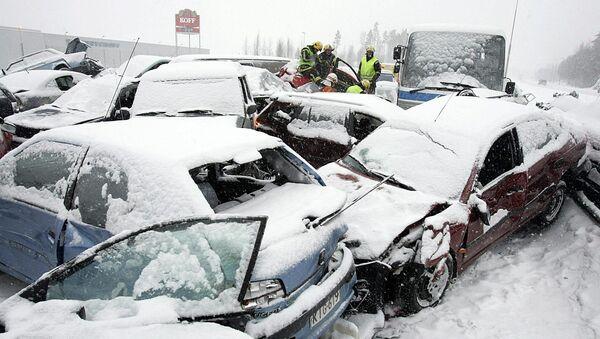 Цепная авария во время снега, фото из архива - Sputnik Azərbaycan
