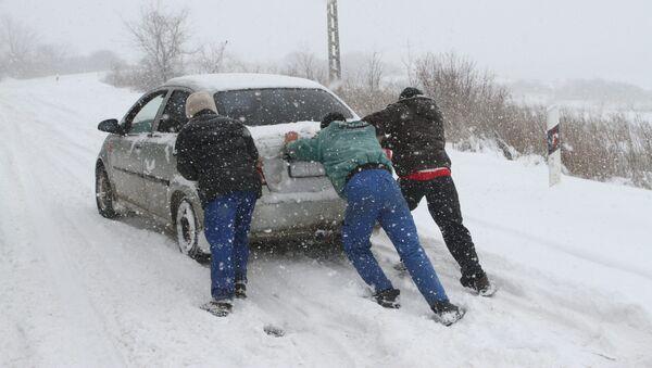 Мужчины толкают автомобиль, фото из архива - Sputnik Азербайджан