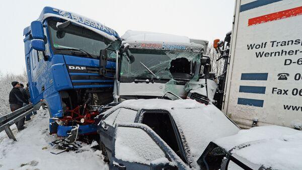 Цепная авария во время снега, фото из архива - Sputnik Азербайджан