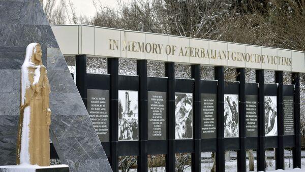 Памятник жертвам Ходжалинской резни в Ленкоране - Sputnik Азербайджан