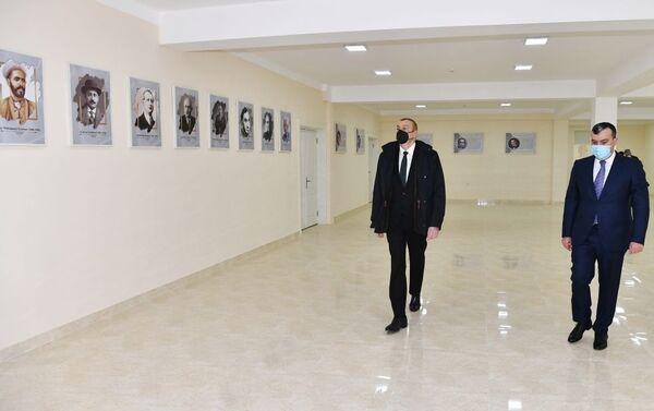 Президент Азербайджана Ильхам Алиев принял участие в церемонии вручения ключей от квартир в жилом комплексе в поселке Рамана семьям шехидов и инвалидам войны. - Sputnik Азербайджан