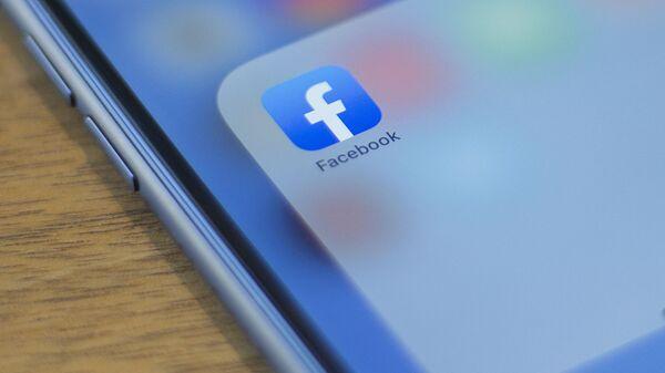 Телефон с открытым приложением Facebook - Sputnik Азербайджан