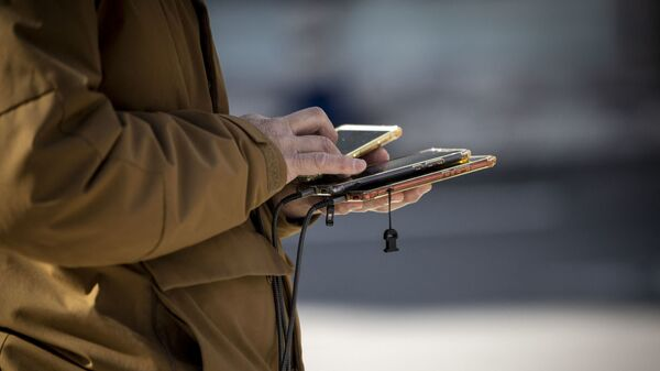 Телефон в руке, фото из архива - Sputnik Азербайджан