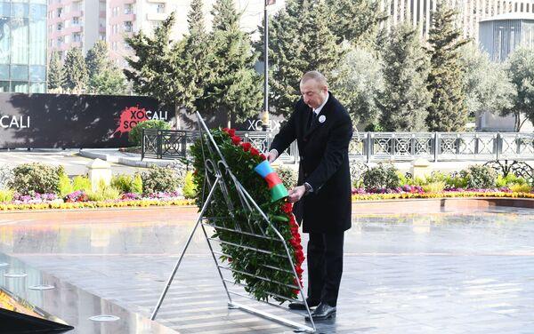 Президент Азербайджанской Республики Ильхам Алиев и первая леди Мехрибан Алиева в связи с 29-й годовщиной Ходжалинского геноцидаа, посетили памятник в память о жертвах трагедии. - Sputnik Азербайджан