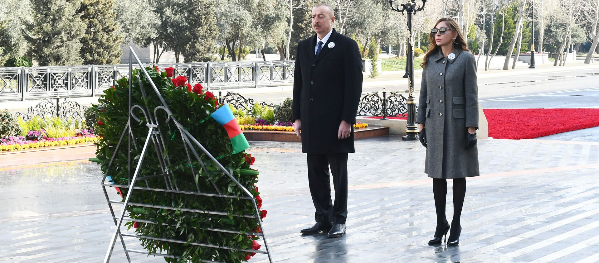 Президент Азербайджанской Республики Ильхам Алиев и первая леди Мехрибан Алиева в связи с 29-й годовщиной Ходжалинского геноцидаа, посетили памятник в память о жертвах трагедии. - Sputnik Азербайджан, 1920, 26.02.2021
