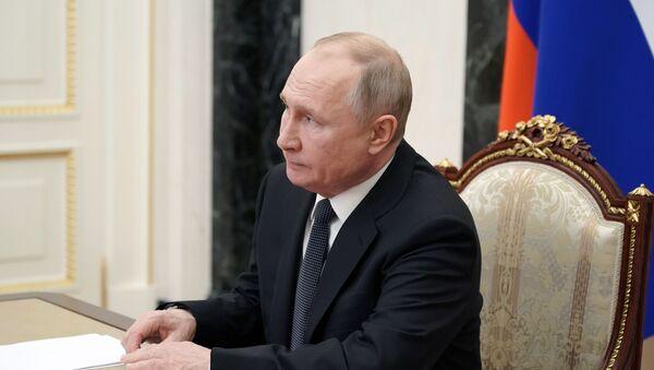 Президент РФ Владимир Путин проводит в режиме видеоконференции оперативное совещание с постоянными членами Совета безопасности РФ. - Sputnik Azərbaycan