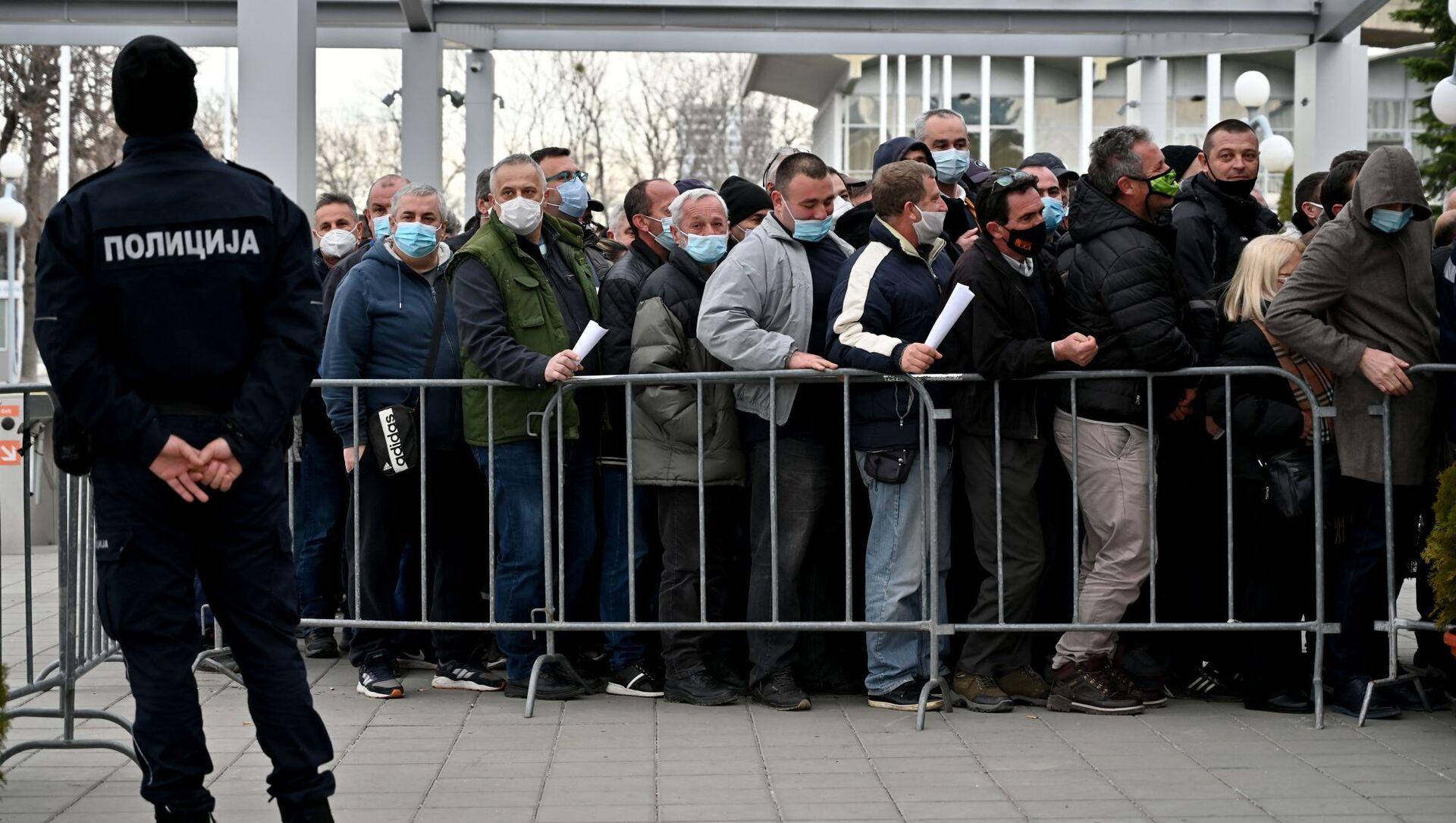 Люди выстраиваются в очередь, чтобы получить вакцину от Covid-19 в Белграде, Сербия - Sputnik Азербайджан, 1920, 28.02.2021