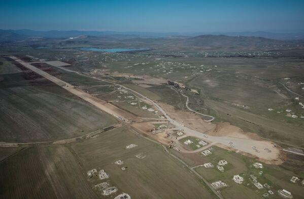 Füzulidə beynəlxalq hava limanının uçuş-eniş zolağının tikintisi  - Sputnik Азербайджан
