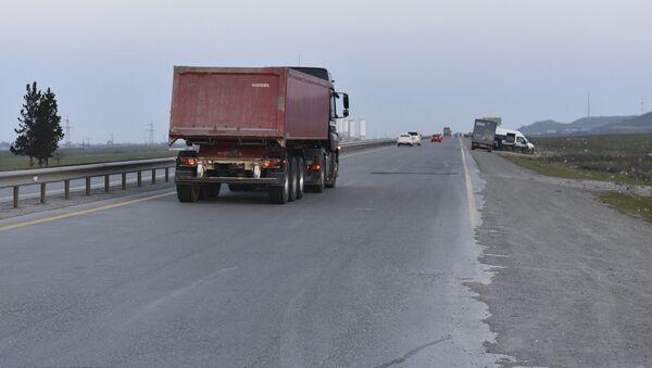 Крупнотоннажный транспорт на трассе возле Баку, архивное фото - Sputnik Азербайджан