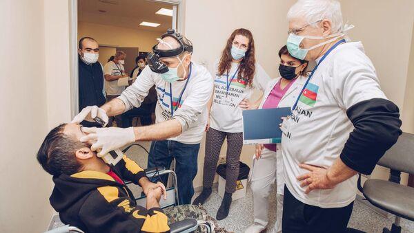 Команда израильских офтальмологов во время приема - Sputnik Азербайджан