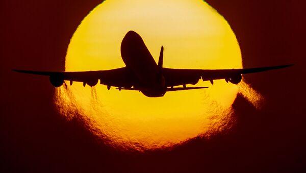 Самолет в небе, фото из архива - Sputnik Azərbaycan