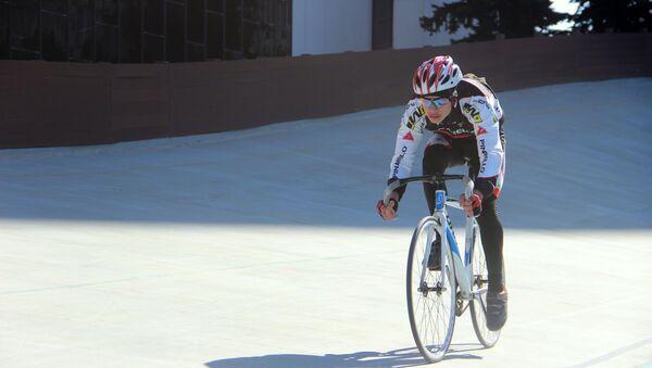 Первенство среди юношей и девушек на Республиканском велотреке - Sputnik Азербайджан
