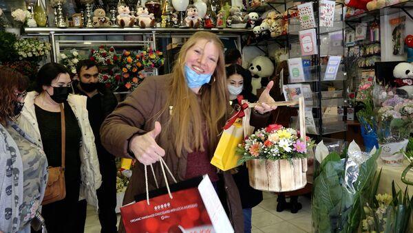 Мужчины недовольны, а женщины ждут цветы – атмосфера в канун 8 марта в Баку - Sputnik Азербайджан