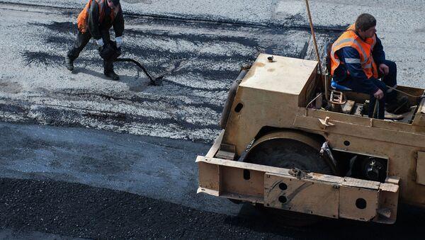 Рабочие наносят битум на дорогу, фото из архива - Sputnik Азербайджан