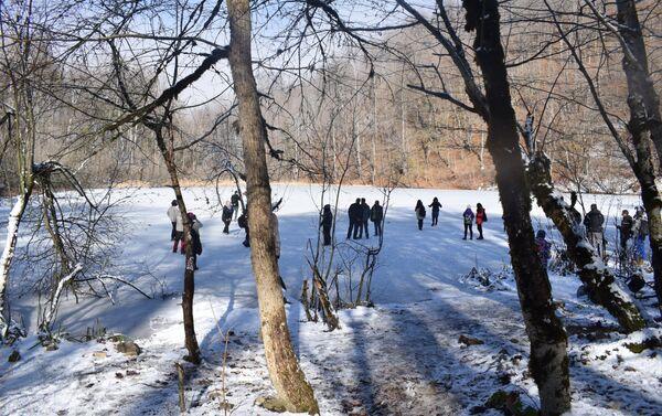 Заледеневшее зимой озеро Анбиль в горах Шабранского района - Sputnik Азербайджан
